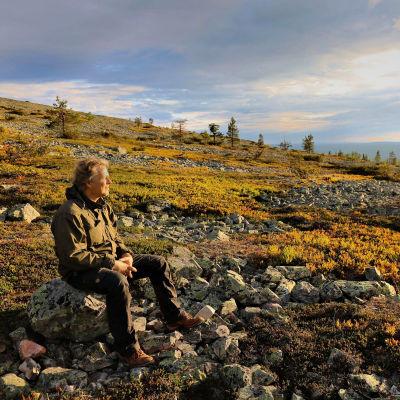 Dokumentaristi Petteri Saario kansallispuistossa.