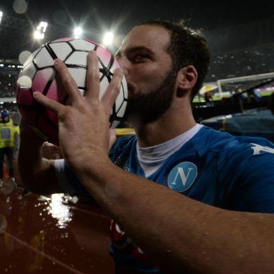 Gonzalo Higuain kysser bollen efter att han gjort 36 mål i Serie A