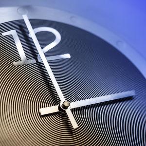 Seinäkello osoittaa kello kolmea.