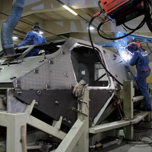 Hitsareita hitsaamassa Patria Land & Armament Oy ajoneuvotehtaassa Hämeenlinnassa (2004).