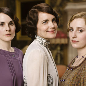 Lady Mary (Michelle Dockery), Lady Cora (Elizabeth McGovern) ja Lady Edith (Laura Carmichael)