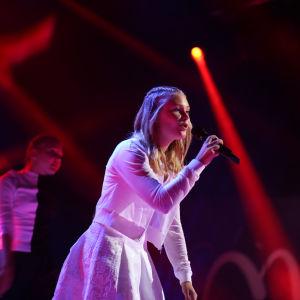 """Saara Bettina uppträder med sin låt """"Tiden går"""" under finaldagens av MGP 2016."""
