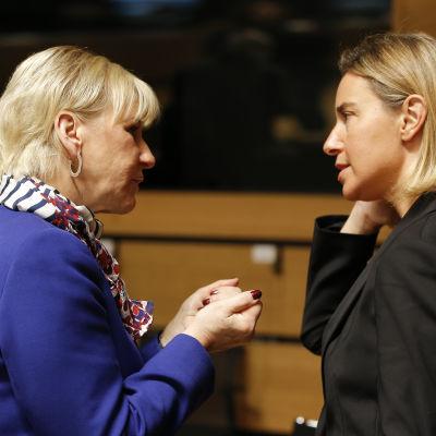 Margot Wallstrom och Federica Mogherini inför EU:s utrikesministermöte i Luxemburg.