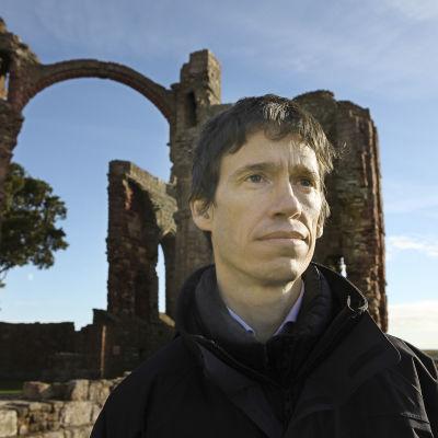 Rory Stewart Lindisfarnen luostarin raunioilla Pohjois-Englannissa