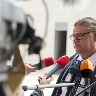 Timo Soini möter medier i Luxemburg.