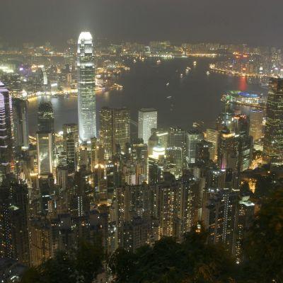 Kvällsvy över skyskrapor i Hongkong