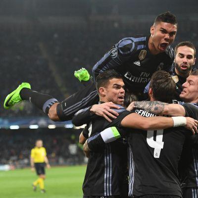 Real Madrid slog ut Napoli och är klar för kvartsfinal i Champions League.
