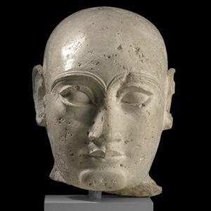 Kopf eines sumerischen Würdenträgers. Südirak, Gudea-Zeit, ca. 2100 v. Chr.; Kalkstein.