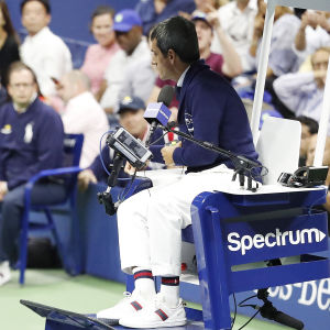 Serena Williams är förbannad på domaren Carlos Ramos.