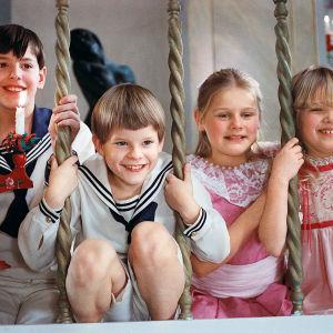 Alexander, Fanny ja muita Ekdahlin väen lapsia joulunvietossa elokuvassa Fanny ja Alexander