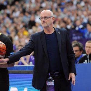 Henrik Dettmann står med en basketboll i handen