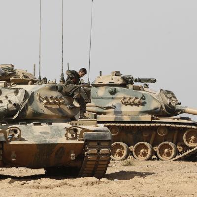 Två turkiska stidsvagnar förbereder sig för en militär operation vid syriska gränsen.