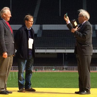 Olaf Homén och Stefan Haglund tar emot John Vikström-priset 2014