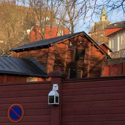 Gamla rödmyllefärgade byggnader i Borgå i solljus.