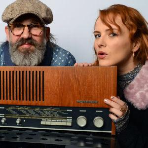 Tarja Närhi, Pasi Ruohonen ja Yona nojaavat vanhaan radioon