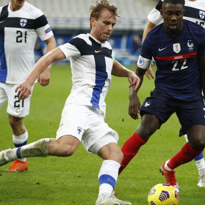 Rasmus Schüller med bollen i en landskamp mot Frankrike.