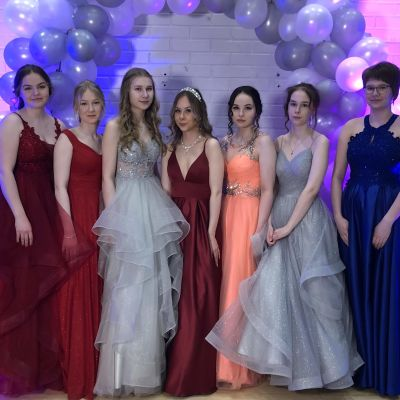 Kiteen lukion vanhat poseeraavat tanssiaispuvuissaan huhtikuussa.