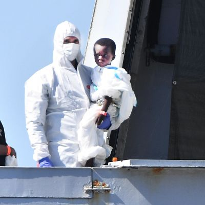 Migranter blir räddade i Genua.