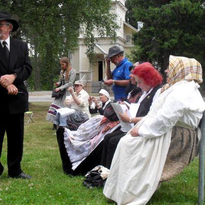 Maailma se on kuin silkkiä vaan! -näytelmän harjoitukset Joensuun Utrassa sijaitsevassa Väisälän puistossa.