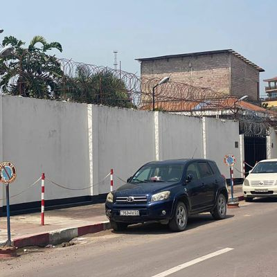 Bil står parkerad utanför Italiens ambassad i Kinshasa i Demokratiska republiken Kongo.
