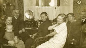 Radio oli harvinainen 1920-luvulla. Martikaisen perheessä sitä kuunneltiin kuulokkeilla ja myös kovaäänisestä.