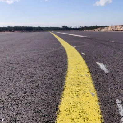Lähikuva kiitoradan asfaltipinnasta