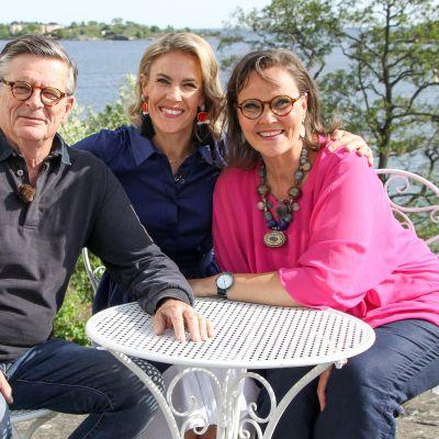 Ella Kannisen kanssa juhannusta juhlistavat Berliiniin muuttaneet kirjailija Eppu Nuotio ja teatteriohjaaja Kurt Nuotio.
