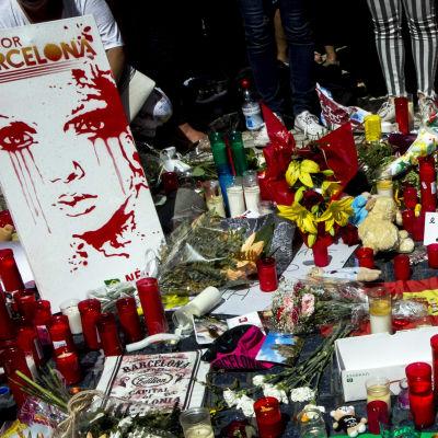 Tända ljus vid attentatsplatsen på La Rambla i Barcelona.