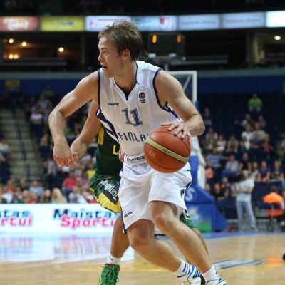 Petteri Koponen leder Finlands spel mot Litauen.