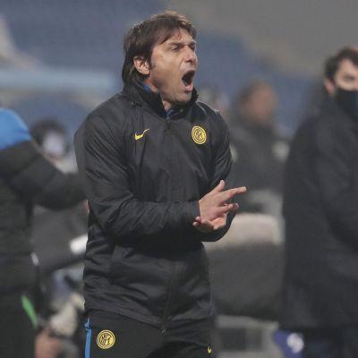 Antonio Conte jakaa ohjeita kentän laidalta.
