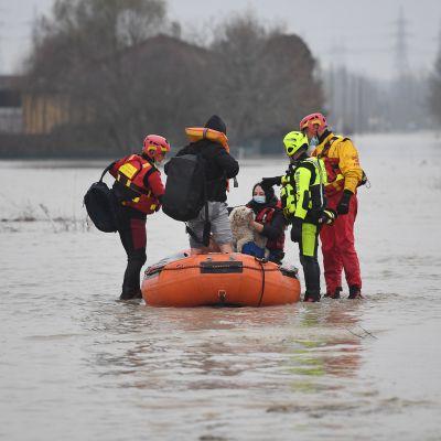 Talvimyrskyn takia evakuoitu perhe Italiassa.