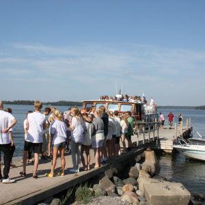 De svenska församlingarna i Helsingfors ordnar sina skribaläger på Lekholmen. Priserna varierar mycket.