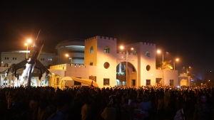 Nyheten om Ibn Aufs avgång möttes med stor glädje bland demonstranterna utanför militärhögkvarteret i Khartoum.