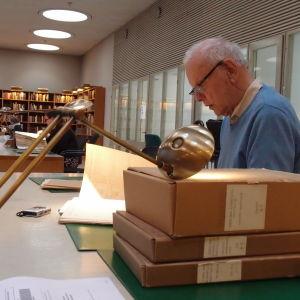 Pehr-Erik Nyman sitter på riksarkivet och forskar om sina släktingars öden under finska inbördeskriget