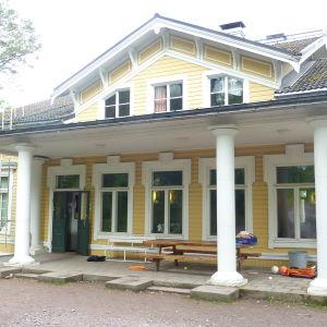 Villa Grantorp, en gul, stor trävilla med vita knutar