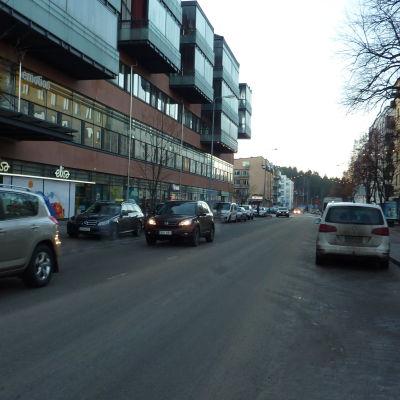 Larsgatan i Lojo är fylld med bilar.