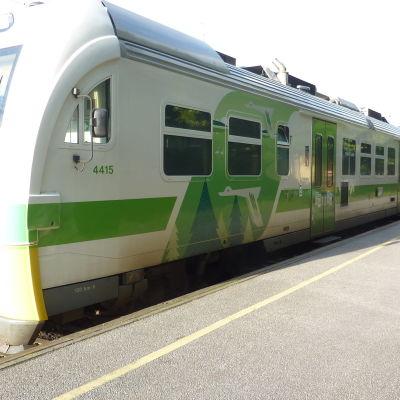 Rälsbussen  på tågstationen i Karis.