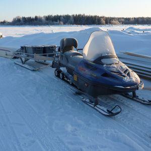 Snöskoter vid Vallgrunds sjöbevakningsstation.