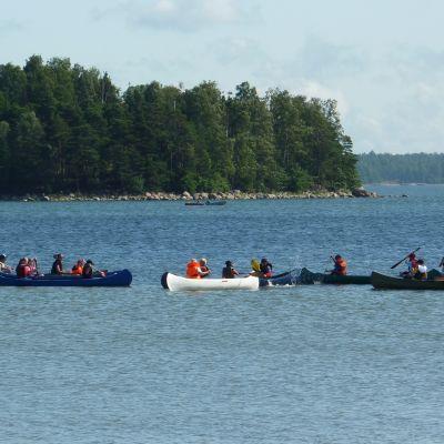 Scouter i båtar i Syndalen sommaren 2009.