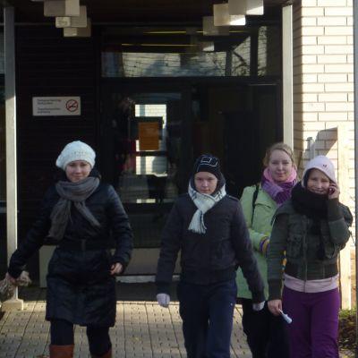 studerande kommer ut från västra nylands folkhögskola