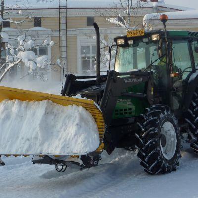Traktor skottar snö