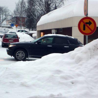 Så här plötsligt kommer bilarna fram bakom en snöhög invid Sigfrid Aronigatan i Ekenäs.