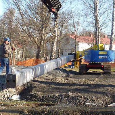 Monteringen av Schjerfbecks monument i skepparträdgården