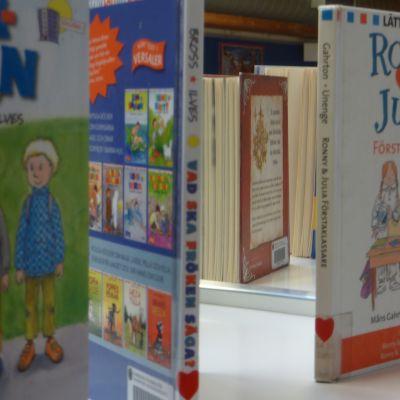 Barnböcker på bibliotekshylla