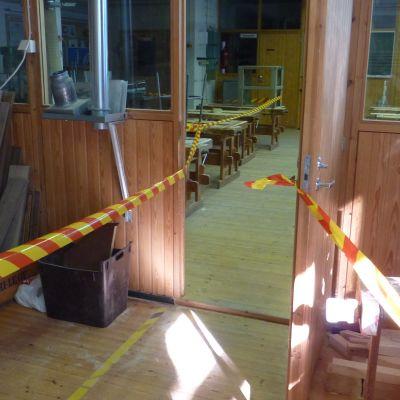 För att gå ut till skolgården måste eleverna gå igenom slöjdsalen.