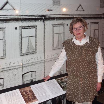 Marketta Wall museichef vid emigrantutställningen