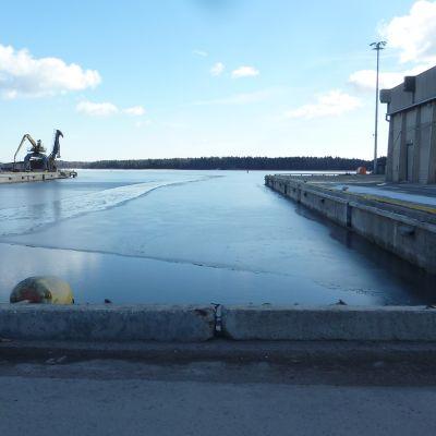Inkoo Shippings egen kaj där djupet är 7,8 meter.