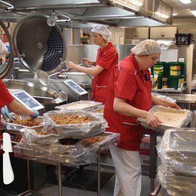 Skolköket i Oxhamns skola lagar lasagnette  som ska kylas ner och serveras två dagar senare.