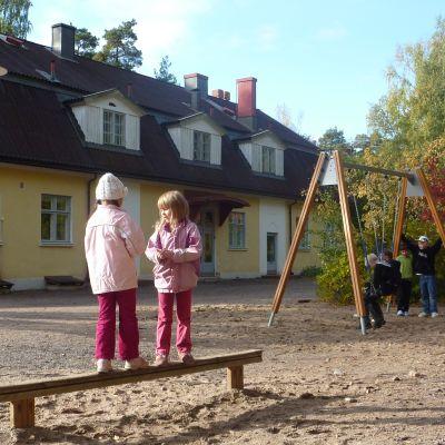 En skolgård.