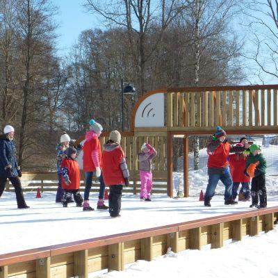 Skolbarn leker ute på vintern.
